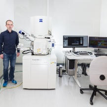 Our head of cleanroom next to our new Zeiss Gemini 560