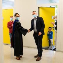 Prof. Gießen congratulates Dr. Qi Ai.